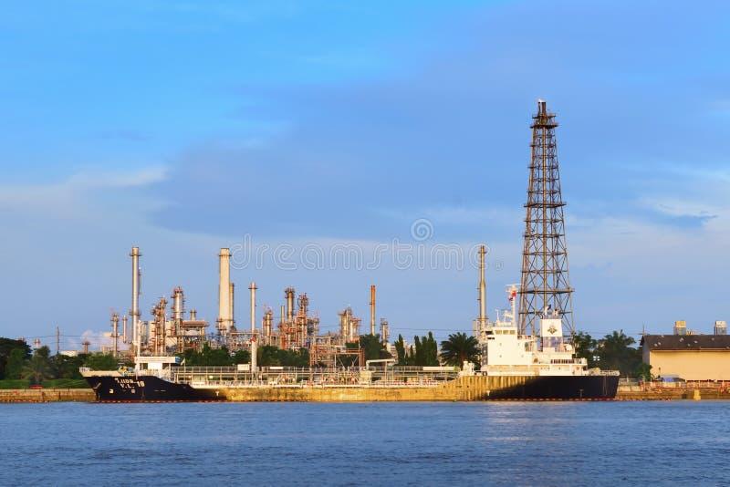 BANGKOK TAJLANDIA, SIERPIEŃ, - 13, 2017: Bangchak rafineria ropy naftowej w wieczór obraz royalty free