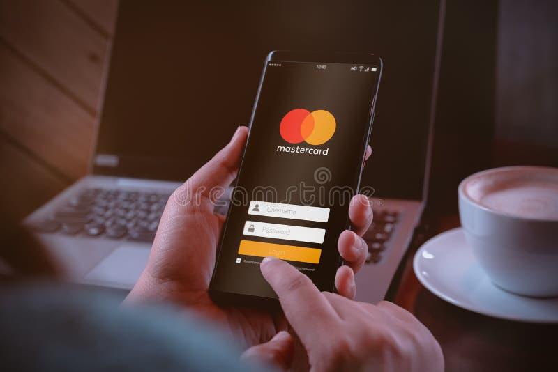 Bangkok Tajlandia, Sierpień, - 6, 2019: Mastercard portfla crypto pojęcie Ręki trzyma Smartphone z Mastercard logują się ekran fotografia stock