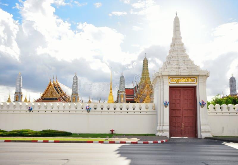 BANGKOK TAJLANDIA, Sierpień 2015 -: Wschodni wejściowy drzwi Wat Phra Kaew n Sierpień 23, 2015 w BANGKOK, TAJLANDIA obrazy stock