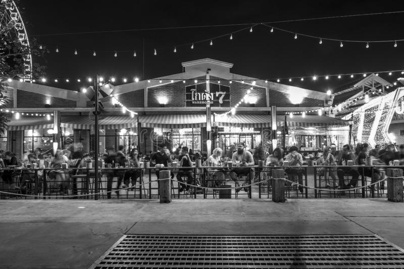 BANGKOK TAJLANDIA, STYCZEŃ 5 -: Czarny i biały brzmienia Plenerowa restauracja w Asiatique nadbrzeże rzeki w nighttime w Bangkok, zdjęcie royalty free