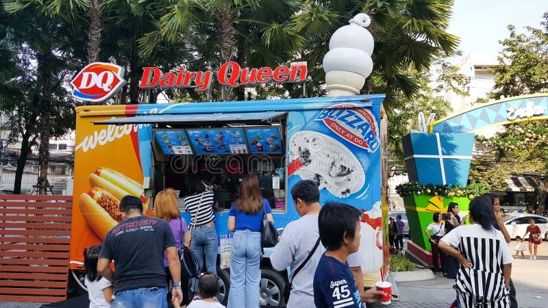 BANGKOK TAJLANDIA, STYCZEŃ, - 12, 2019: nabiał królowej jedzenia ciężarówki sklep który słuzyć rozkaz dużo klienci przy obrazy royalty free