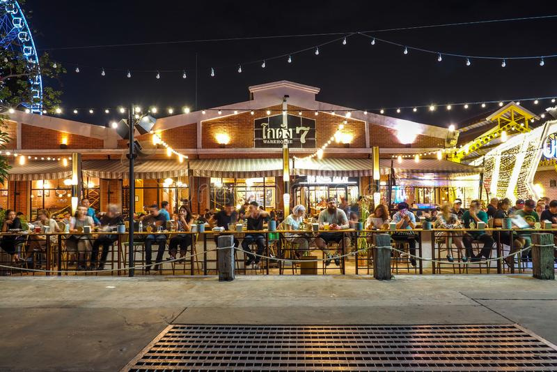BANGKOK TAJLANDIA, STYCZEŃ 5 -: Plenerowa restauracja w Asiatique nadbrzeże rzeki w nighttime w Bangkok, na Styczniu 5, 2017 wewn zdjęcie stock