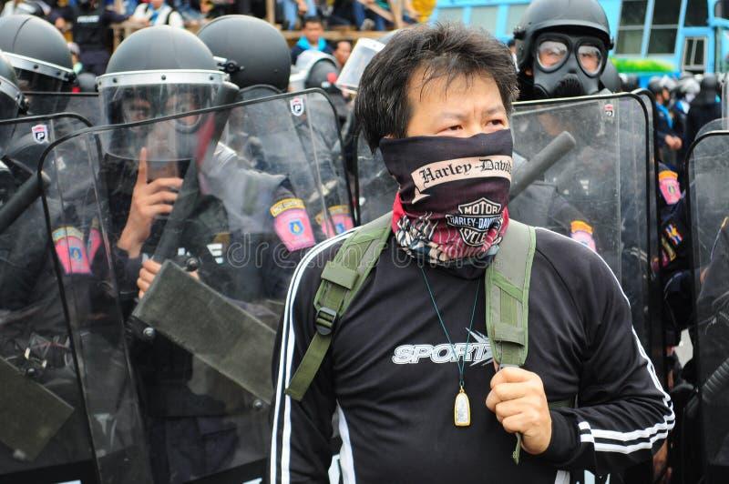 Bangkok, Tajlandia/- 11 24 2012: Zamieszki policja stawia czoło protestujących przy Królewskim placem zdjęcie royalty free