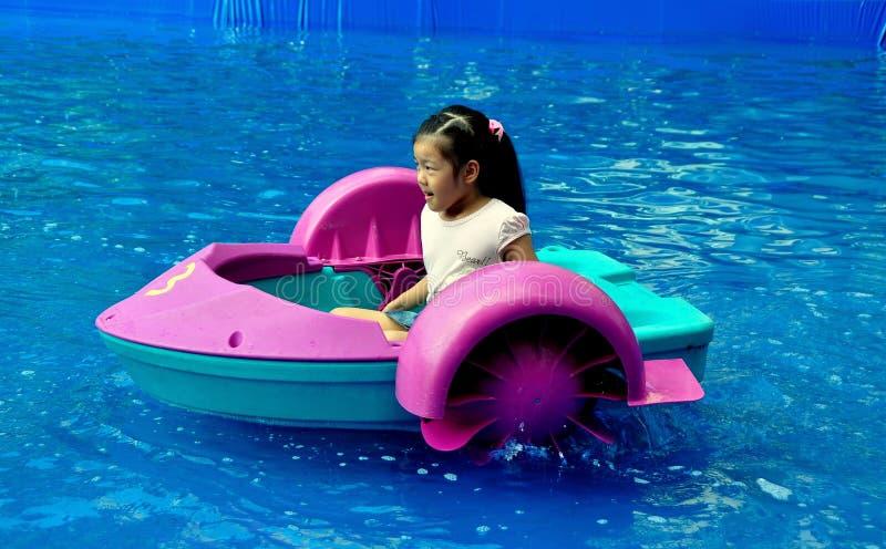 Bangkok, TH : Petite fille avec le bateau de palette photo libre de droits