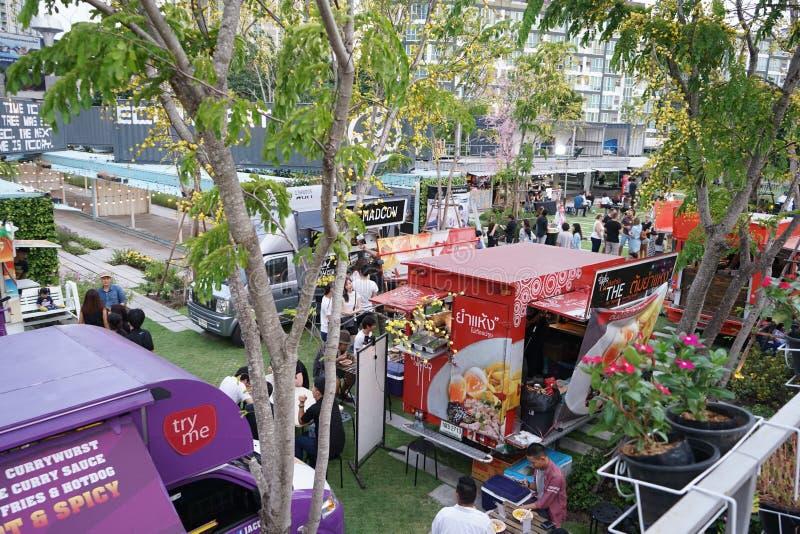 BANGKOK, THAÏLANDE - 17 août 2016 : Les gens ont joint beaucoup de foodtrucks dans le jardin de conteneur, ils heureux d'acheter  photographie stock libre de droits