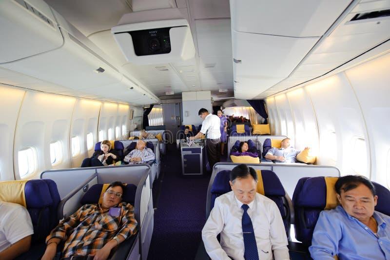 Bangkok, Thaïlande - 4 avril 2012 : En vol de Thai Airways Boeing 747-400 dans le premier classvr carlingue 7442 avec des passage photographie stock libre de droits