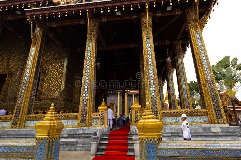 BANGKOK, THAÏLANDE - 6 AVRIL 2018 : Le palais grand - jour de Chakri - décoré en or et couleurs lumineuses où les buddists dispar images libres de droits