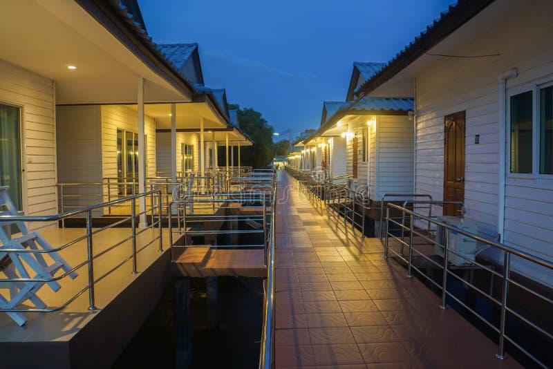 Bangkok/Thaïlande - 22 avril 2019 : résidence moderne dans la station de vacances d'hôtel avec la terrasse dans la scène de nuit images libres de droits