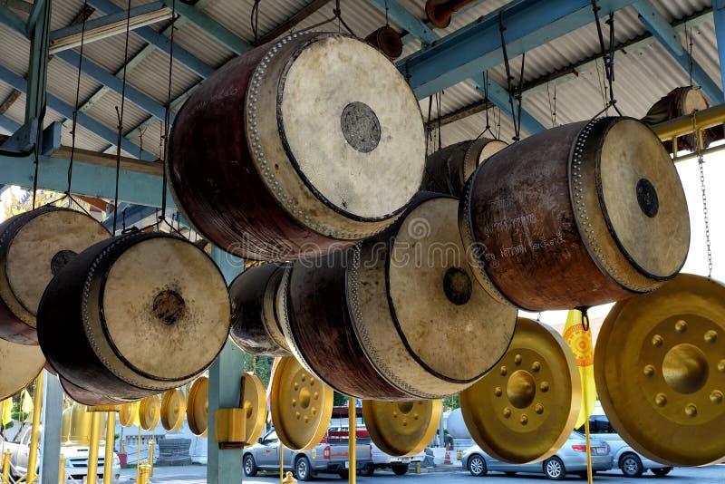 BANGKOK, THAÏLANDE - 21 AVRIL 2017 : Vue d'angle faible des tambours accrochants chez Wat Uthai Tharam Temple, Bangkok Thaïlande  images libres de droits