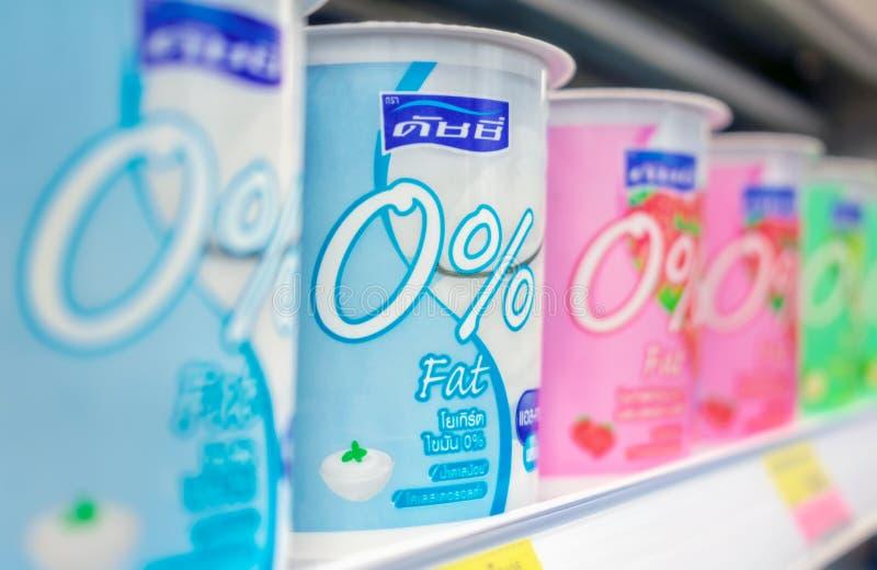 BANGKOK, THAÏLANDE - 24 AVRIL 2019 : Yaourt sans matières grasses par Dutchie sur l'étagère réfrigérée images stock