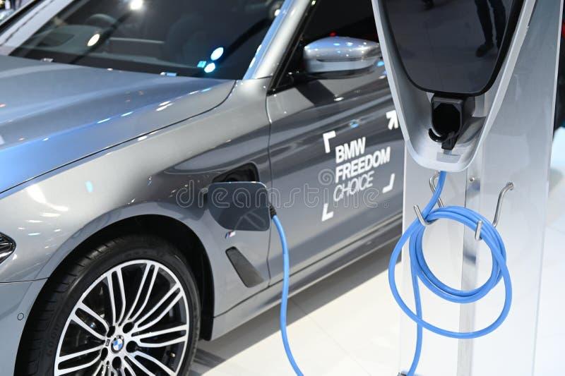 Bangkok, Thaïlande - 3 décembre 2018 : Charge électrique de BMW voiture hybride de 5 séries présentée à l'expo 2018 de moteur de  images libres de droits