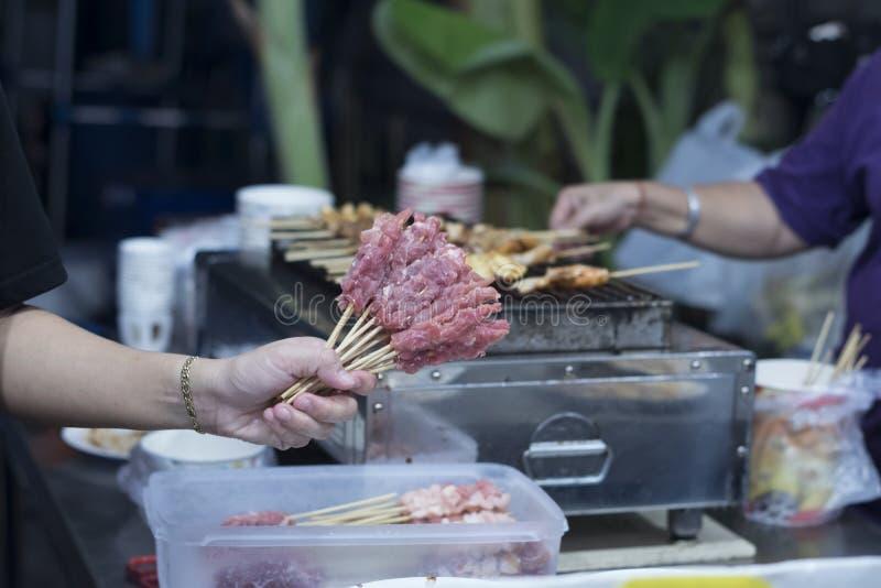 BANGKOK, Thaïlande - a 8 décembre 2018 grillé le porc sur le fourneau Viande fraîche grillée sur le fourneau de charbon de bois F photos libres de droits