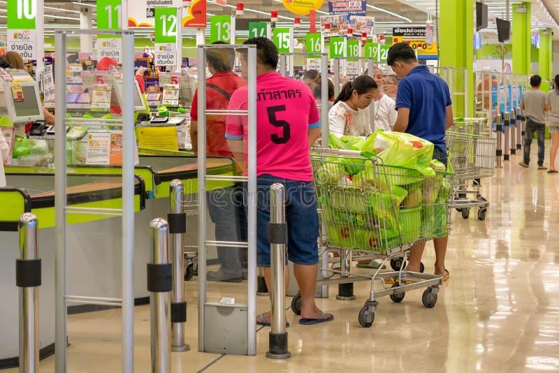 BANGKOK, THAÏLANDE - 16 DÉCEMBRE : Les clients non identifiés emploient un grand nombre de sachets en plastique après l'achat che photos stock