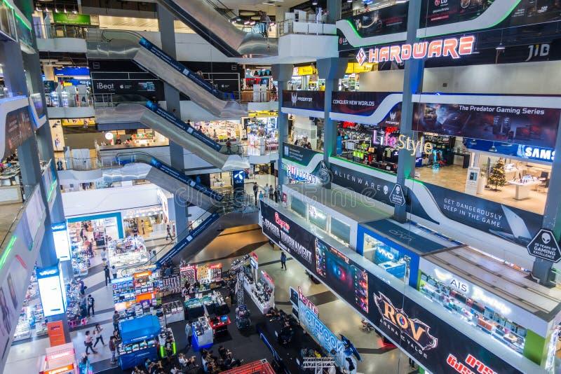 BANGKOK, THAÏLANDE - 24 décembre 2017 : les gens à l'intérieur de la plaza de Pantip, le plus grand complexe de magasins électron image libre de droits
