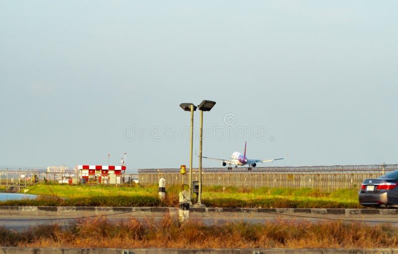 BANGKOK, THAÏLANDE 3 DÉCEMBRE 2018 : Voies aériennes thaïlandaises de sourire L'avion de passagers débarque à l'aéroport de Suvar images stock