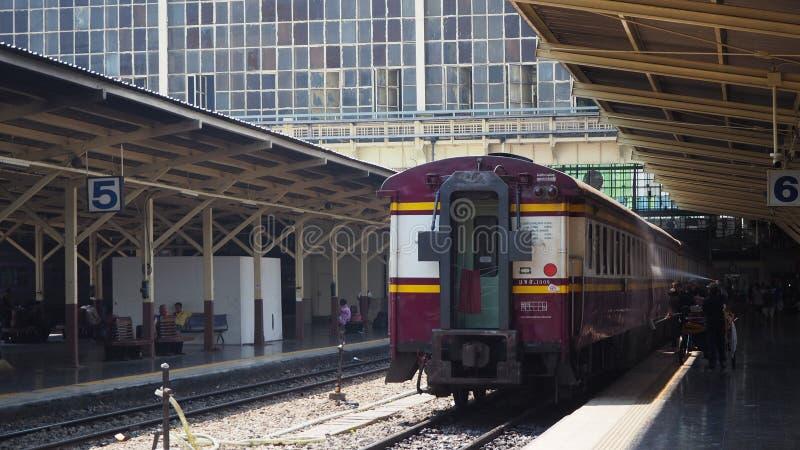 Bangkok, Thaïlande - 28 février 2017 : Le train de Hua Lamphong Station sur les voies ferrées obtiennent un lavage pour nettoyer  photos stock