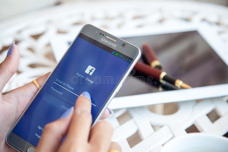 Bangkok, Thaïlande - février 12,2017 : tenir des WI de Samsung un note5 photo libre de droits