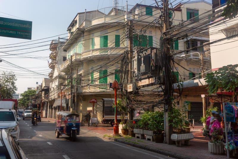 Bangkok, Thaïlande - 14 février 2019 : Tuktuk sur la rue de ville de porcelaine Fils électriques tordus sur les rues photos stock
