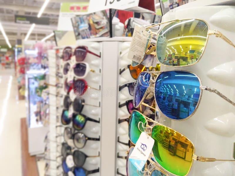 BANGKOK, THAÏLANDE - 27 JANVIER : BigC Petchkasem supplémentaire vend des lunettes de soleil au détail de coût bas dans les habil photos stock