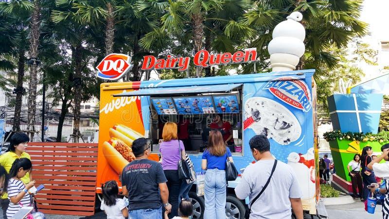 BANGKOK, THAÏLANDE - 12 JANVIER 2019 : magasin de camion de nourriture de reine de laiterie qui servent l'ordre à plusieurs de  photo libre de droits