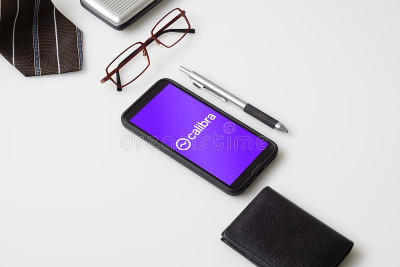 Bangkok, Thaïlande - 23 juillet 2019 : Le téléphone portable montre le logo de calibra sur l'écran Facebook a rapporté pour utili photos stock