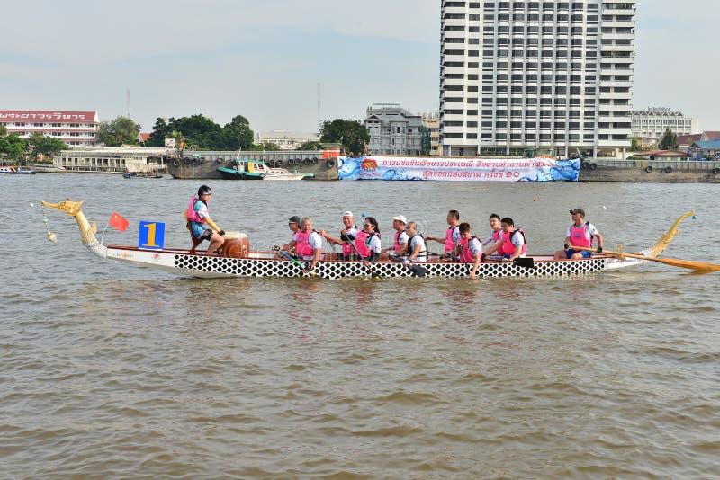 Bangkok, Thaïlande le 20 décembre 2015 : Équipes de bateau de la Chine la concurrence photos libres de droits