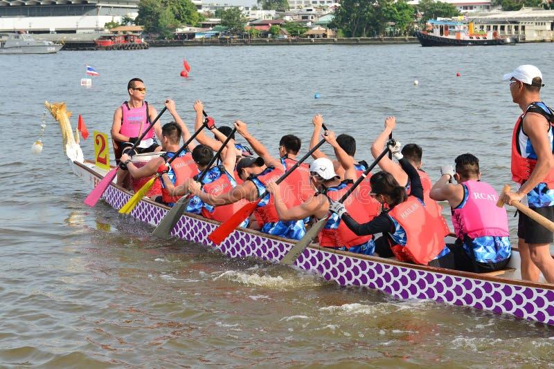 Bangkok, Thaïlande le 20 décembre 2015 : Équipes de bateau de la Chine la concurrence photos stock