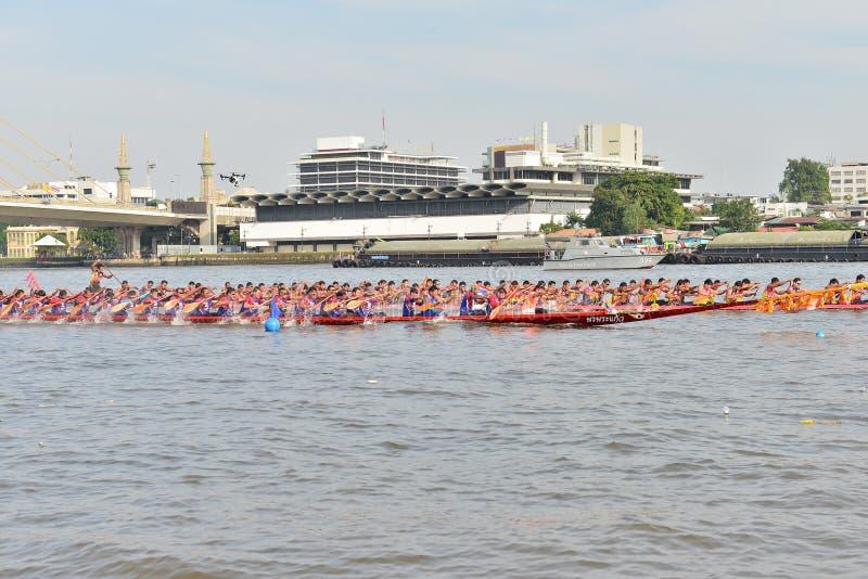 Bangkok, Thaïlande le 20 décembre 2015 : Deux équipes de bateau dans à toute vitesse photos stock