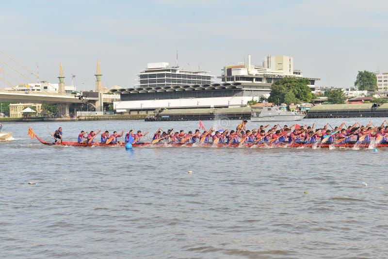 Bangkok, Thaïlande le 20 décembre 2015 : Deux équipes de bateau dans à toute vitesse photographie stock libre de droits