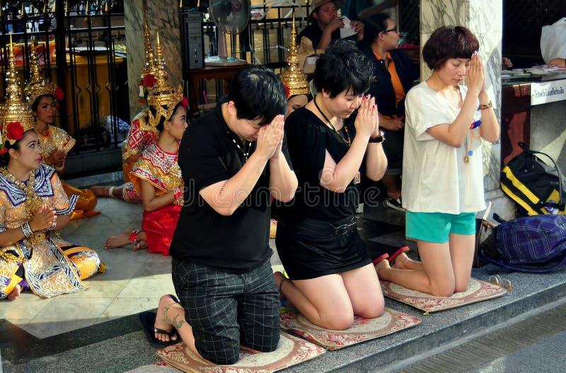 Bangkok, Thaïlande : Les gens priant au tombeau d'Erawan photos libres de droits