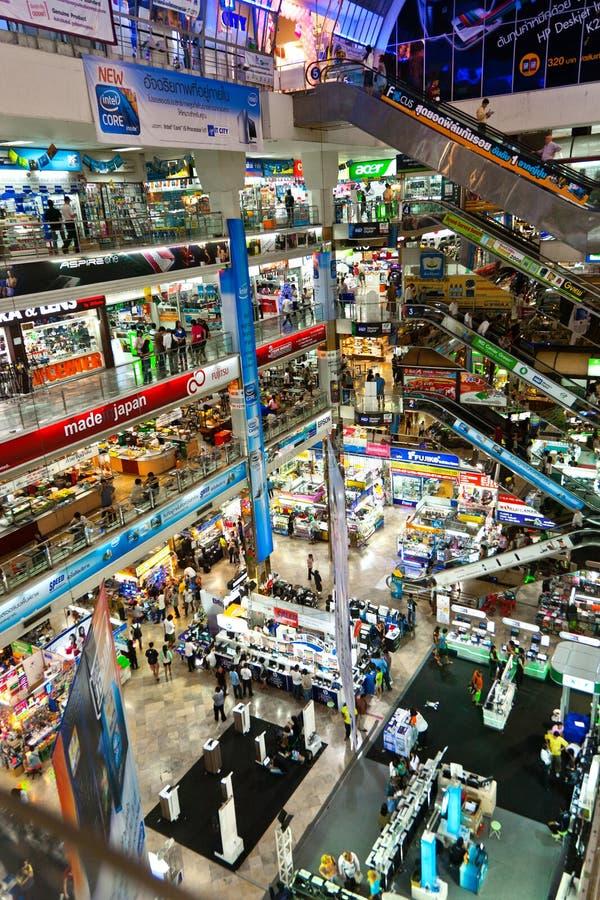 Plaza intérieure de Pantip, un grand complexe de magasins électronique et de logiciel à Bangkok photo libre de droits