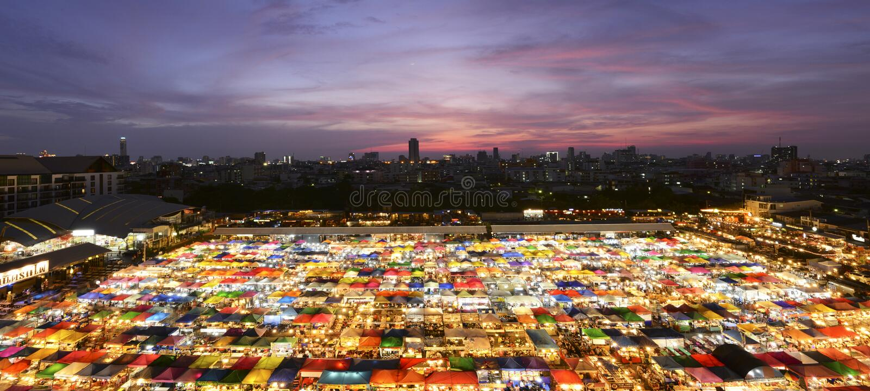 Bangkok, Thaïlande - 8 mai 2016 : Horizon de Bangkok avec la marque de nuit images stock
