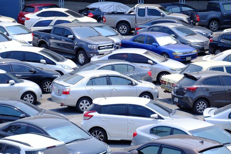 BANGKOK, THAÏLANDE - MARS 15,2019 : Beaucoup de voitures se garant dans le secteur extérieur de parking image stock