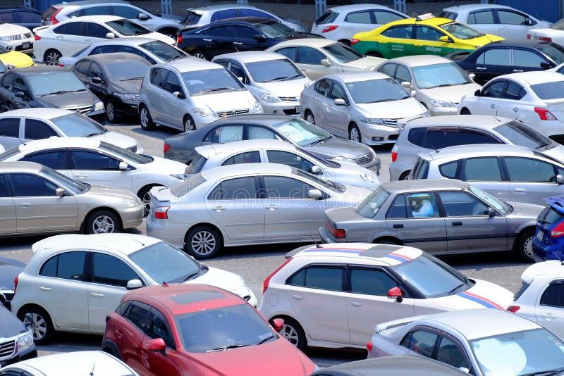 BANGKOK, THAÏLANDE - MARS 15,2019 : Beaucoup de voitures se garant dans le secteur extérieur de parking photographie stock
