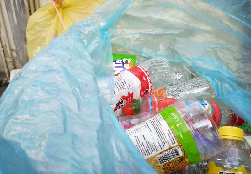 BANGKOK, THAÏLANDE - 28 MARS : Bouteilles en plastique rassemblées en sachets en plastique pour réutiliser dans le domaine de vil photo libre de droits