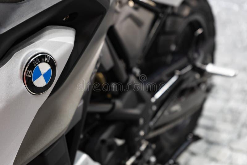Bangkok, Thaïlande - 31 mars 2019 : Fermez-vous d'un logo de BMW sur un réservoir de moto de sport de BMW au SALON de l'AUTOMOB images stock