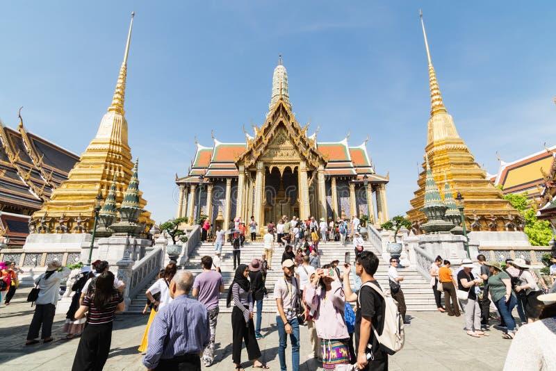 BANGKOK, THAÏLANDE - MARS 2019 : foules des touristes marchant devant le temple d'Emerald Buddha dans le complexe grand de palai photographie stock libre de droits