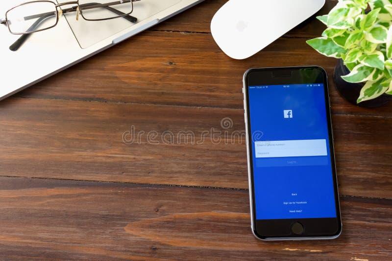 BANGKOK, THAÏLANDE - 5 mars 2017 : Icônes de Facebook d'écran de login sur l'iPhone 6 d'Apple mise en réseau sociale la plus gran image stock