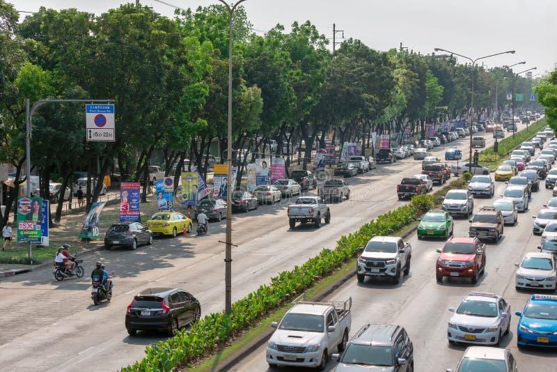 BANGKOK, THAÏLANDE - 17 MARS : Signes multiples de candidat politique spammed le long de la route sur Petchkasem Rd à Bangkok, le images libres de droits