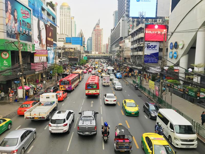 Bangkok, Thaïlande - 13 octobre 2018 : Beaucoup de voitures, autobus et motos causent des embouteillages à la route de Phetchabur photos stock