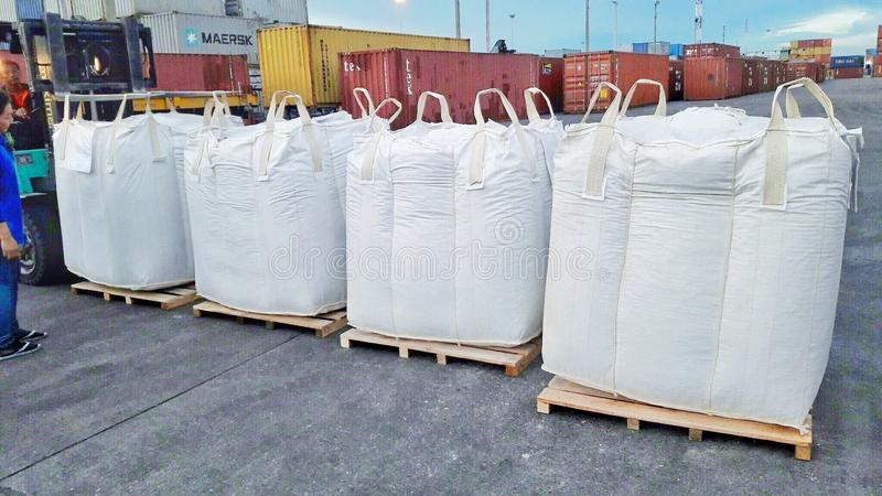 Bangkok, Thaïlande 16 septembre 2017 : Des sacs enormes sont placés sur le granule attendant pour être chargé dans le récipient image libre de droits
