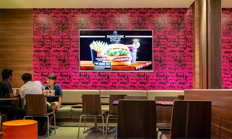 BANGKOK, THAÏLANDE - 7 SEPTEMBRE : L'écran plat montre la publicité télévisée de mcdonald à l'intérieur du restaurant d'aliments  images libres de droits