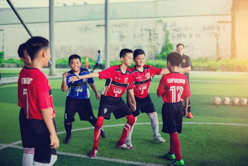 BANGKOK, THAÏLANDE - 16 SEPTEMBRE 2018 : Les enfants ont plaisir à former et jouer le football images libres de droits