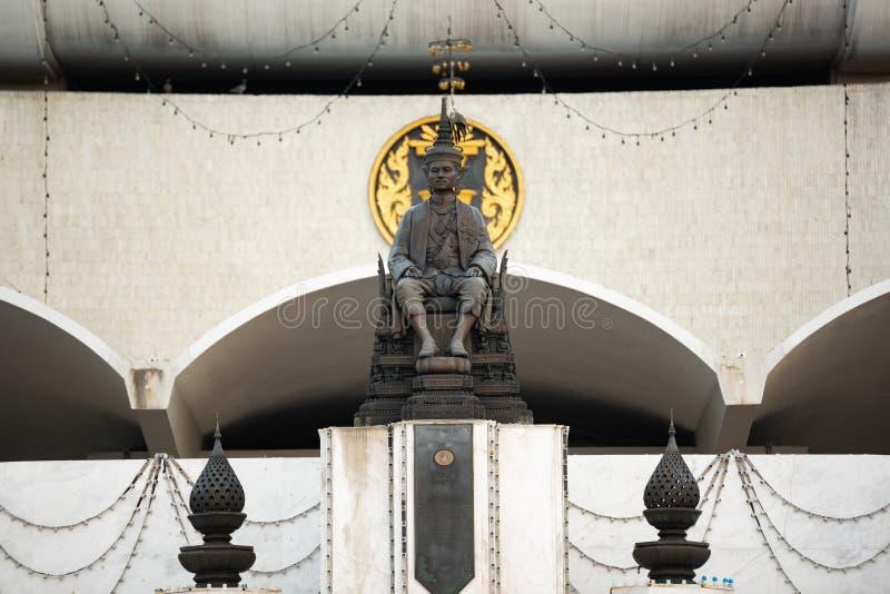 BANGKOK, THA?LANDE - 28 novembre 2015 : statue du Roi Rama VII ou du Roi Prajadhipok devant le b?timent du Parlement parliament photos libres de droits