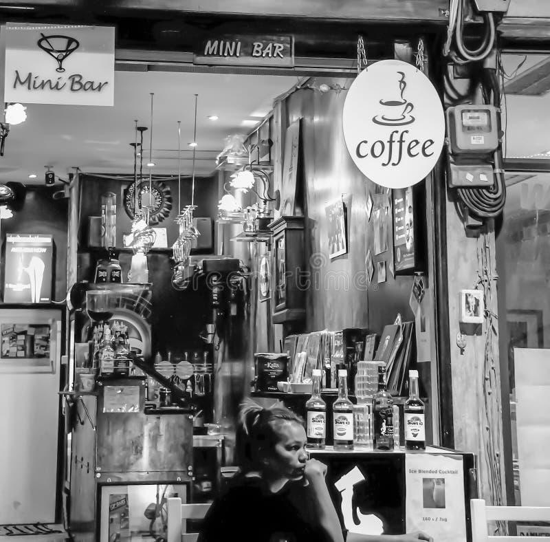 Bangkok - 2010: Thailändska kvinnor som sitter i ett lokalt kafé och en mini- stång arkivfoton
