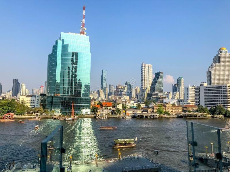 BANGKOK, THAILAN- 24 FÉVRIER 2019 : Le paysage urbain de secteur de bâtiment d'affaires près de la rivière de Jaopraya à Bangkok  photographie stock