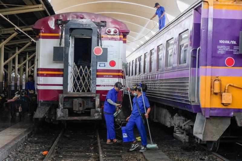 """Bangkok, Thailand †""""30 November, 2018: Werknemers die de trein schoonmaken bij station stock fotografie"""