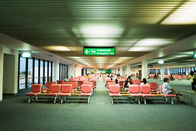 BANGKOK/THAILAND- 16-ОЕ МАЯ: Неопознанные пассажиры в ждать стоковое изображение