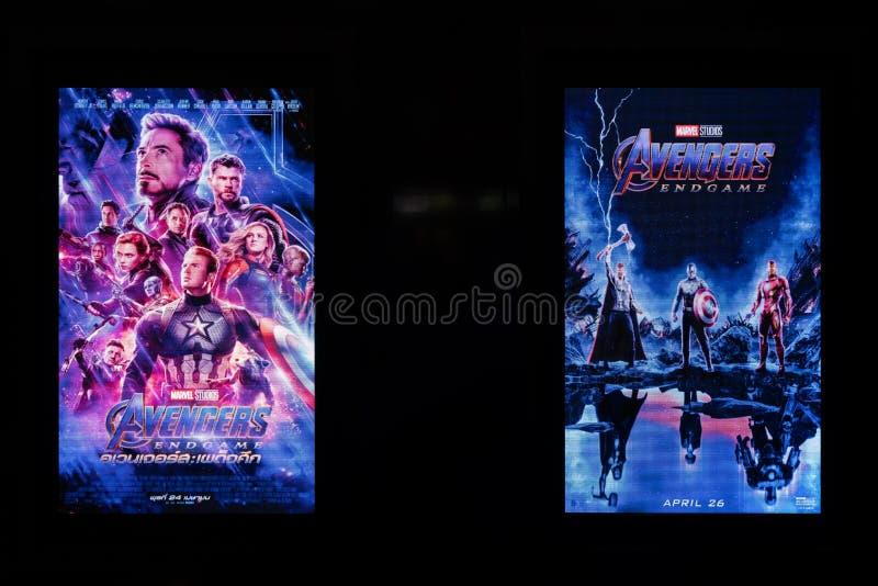Bangkok Thailand - April 28, 2019: Annonsering för hämnareEndgamefilm på två LEDDE skärmar Befordrings- annonsering för bioteater arkivbild