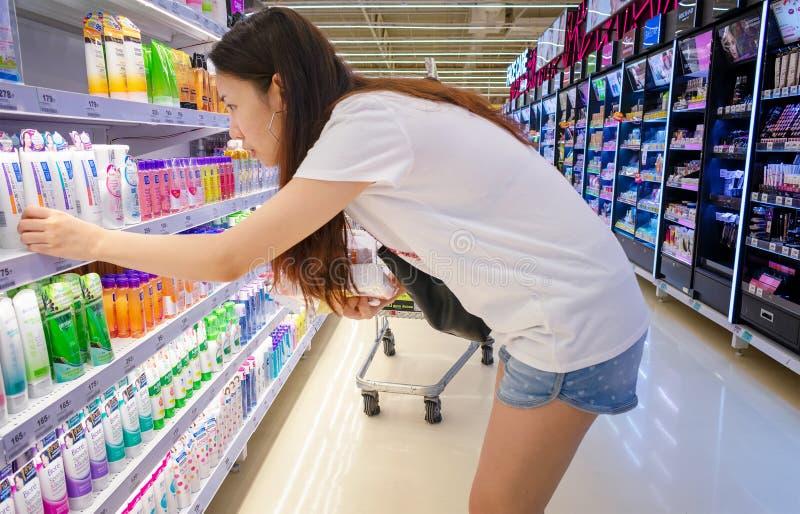 BANGKOK, THAILAND - APRIL 04: De naamloze Vrouw selecteert gezichts schrobt bij Extra Petchkasem hypermarket van BigC in Bangkok  royalty-vrije stock foto's